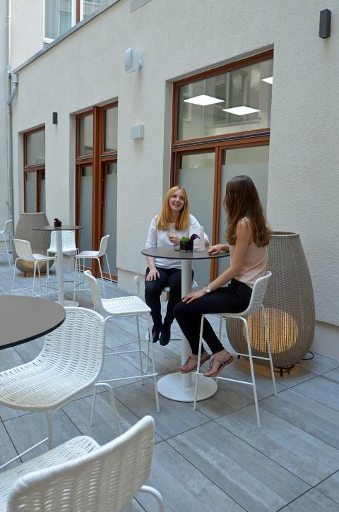 Atrium mit Sitzmöglichkeiten