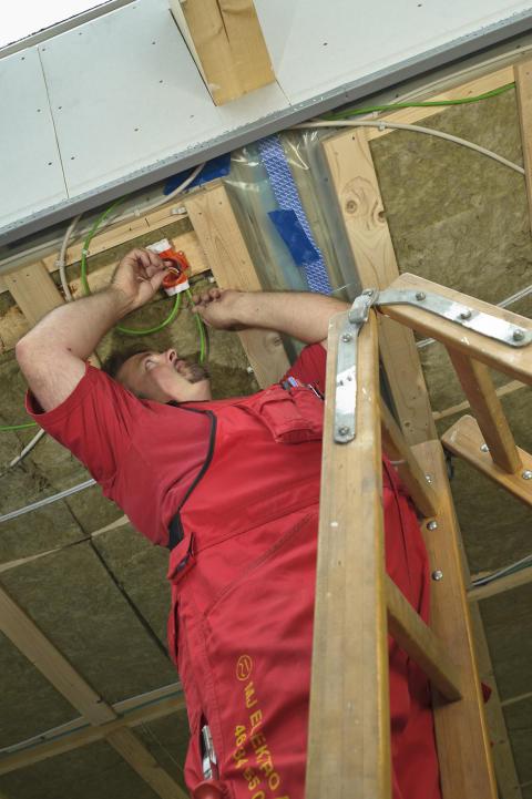 Installatør i arbejde
