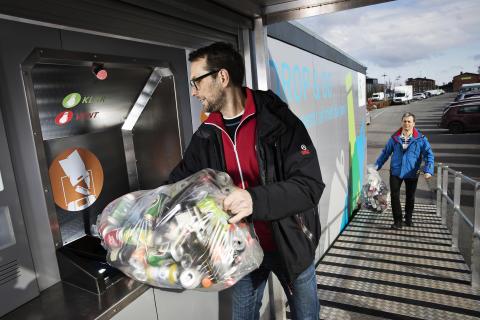 Danskerne vil aflevere mange flasker og dåser ad gangen