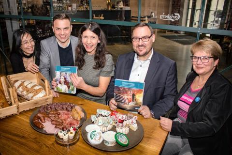 v.l.: Minh Chau Le Thi, Daniel Reinhardt, Christine Klauder, Holm Retsch und Dr. Elke Leinhoß präsentieren den neuen Genussführer in der La Fonderie in Leipzig