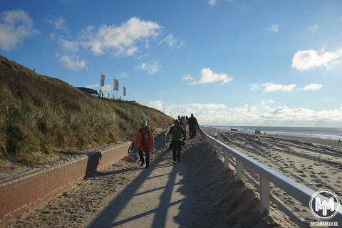 Kurz vor dem Ziel laufen die Megamarschler am Strand entlang.