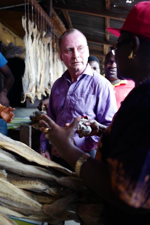 Ronny Berg møter tørrfiskselgere på marked i Nigeria