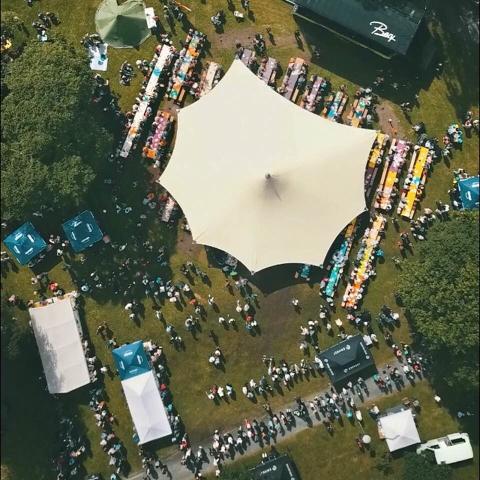 Festivalbrunsjen sett frå lufta. Det nye taket står permanent om sommaren.