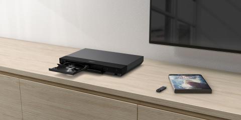 Desfrute de imagem e som de qualidade cinematográfica no conforto do seu lar com o novo leitor Blu-ray™ 4K Ultra HD e recetor AV da Sony