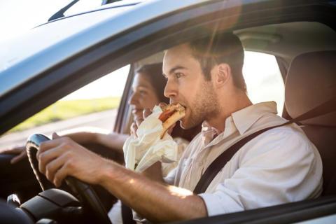 DA Direkt: Unterschätzte Gefahr - Ablenkung im Straßenverkehr_Essen und Trinken