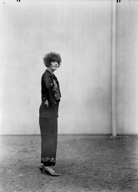 """Omslagsbilden är tagen för Stora teaterns räkning till """"Rolfs revy"""" år 1927"""