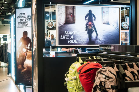 Auf der 24 Quadratmeter großen Fläche im Erdgeschoss des Sporthauses präsentiert BMW Motorrad verschiedene aktuelle Motorrad-Modelle sowie dazu passende Lifestyle-Produkte.