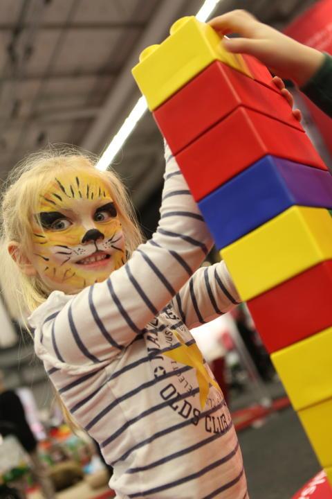 Baby & Barn 2014: Det går att bygga Lego på höjden även om man är en tiger