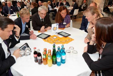 Trenddiskussionen: Nach Impulsreferaten diskutierten die Teilnehmer an ihren Tischen. Ihre Meinungen warfen sie via iPad als Tweets auf eine Leinwand.