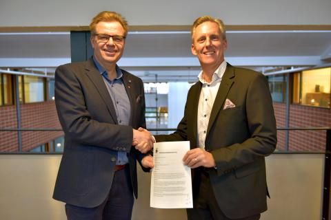 Per-Ola Mattsson, kommunstyrelsens ordförande i Karlshamns kommun, med det påskrivna markanvisningsavtalet tillsammans med Andreas Meyer, VD Skåneporten.