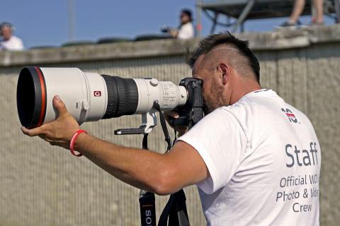 Il fotografo sportivo Alex Farinelli in pista con il nuovo 400 mm F2.8 G Master™
