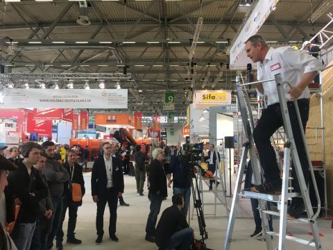 """Auf der kommenden DACH+HOLZ International 2020 Jahr heißt es bei Der Zimmermann und DDH Das Dachdeckerhandwerk: """"Augen und Ohren auf für Ihre Sicherheit!"""""""