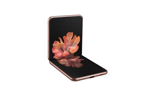 Med vikbara smartphonen Galaxy Z Flip 5G kombinerar Samsung innovativ design med snabbheten hos 5G
