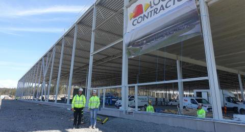 Patrik Johansson är arbetsledare och Charlotte Murath platschef när Logistic Contractor uppför ett nytt logistikcenter för Nelly.com.