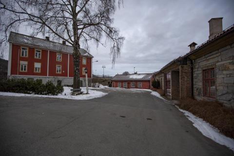 Fra venstre: Myntmestergården, smie og steinhuset.