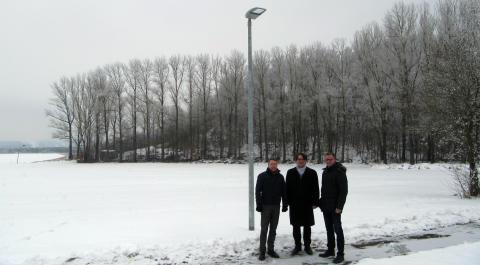 Unscheinbar, aber hoch innovativ und klimafreundlich: die neue Straßenbeleuchtung des Radwegs zum Monte Kaolino in Hirschau.