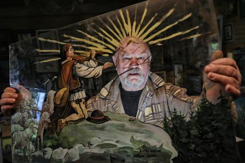 Artysta malarz, ksiądz Władysław Podhalański w swojej pracowni na Klinie