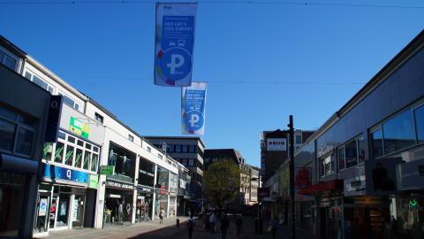 Die Parken-Plus-Flaggen wehen über der Holstenstraße