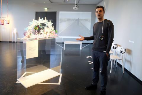 Kurator Özcan Karadeniz erläutert ein Ausstellungsstück in der Sonderausstellung