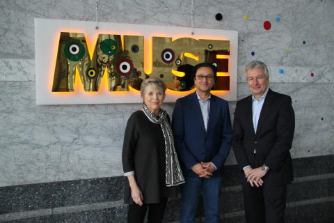 """Foto: v.l.n.r. Linde Hollinger, Babak Saed, Jürgen Wörner bei der offiziellen Übergabe von """"MUSE"""" (Bild: Mannheimer Versicherung AG, © VG Bild-Kunst, Bonn 2019)"""