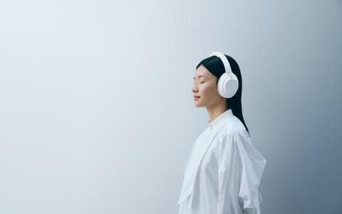 WH-1000XM4_Silent White_Lifestyle_von_Sony (2)