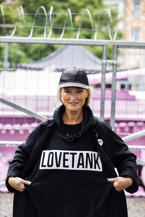 Lena Endre vid invigningen av Pink Tank