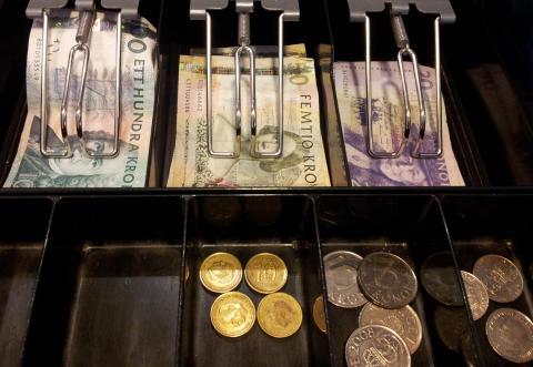Företag och föreningar får allt svårare att hantera kontanter