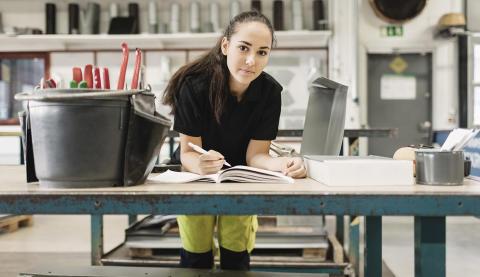 Svensk gymnasielärling kombinerar anställning med utbildning – ska höja kompetensen inom arbetslivet