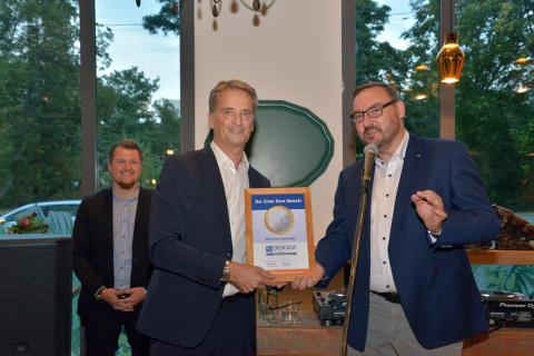 Holm Retsch (r.), Geschäftsführer DEHOGA Leipzig, übergibt die 4-Sterne-Klassifizierung an Hoteldirektor Thomas Heilig