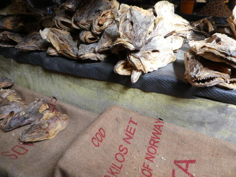 Norsk tørrfisk på marked i Nigeria