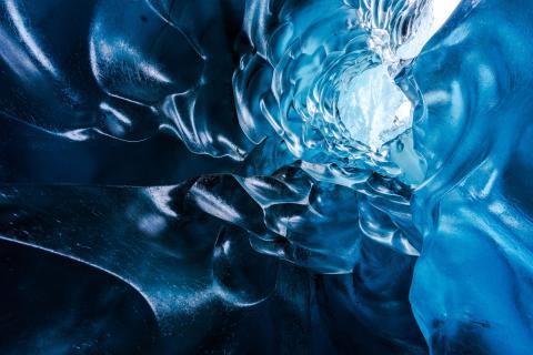 Admirez la beauté des grottes de glace islandaises vues comme jamais auparavant