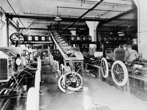 Ford feirer 100 års jubileum siden de oppfant og tak i bruk det bevegelige samlebåndet ved produskjon av T-Forden