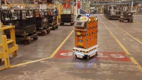 Selbstfahrender Roboter unterstützt Ford-Mitarbeiter bei der Fahrzeugproduktion