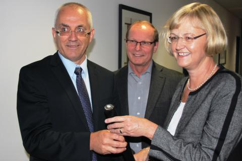 Johann Blank, Albert Breitsameter und Ursula Jekelius (v. l.) informierten am Netzcenter Pfaffenhofen über die Baumaßnahmen des Bayernwerks.