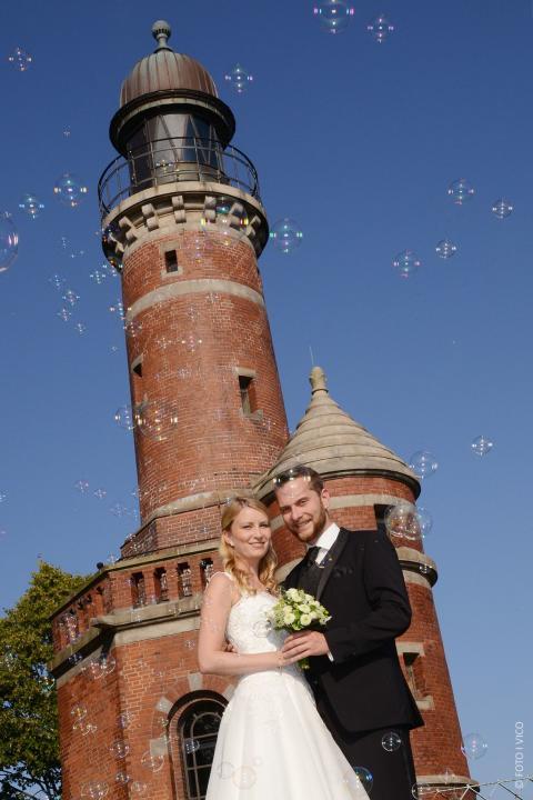 Leuchtturm Paar mit Seifenblasen©FOTO VICO