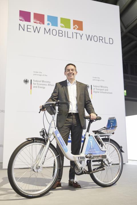 Steven Armstrong, chef för Ford i Europa, Mellanöstern och Afrika, med den nya FordPass-cykeln