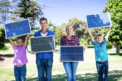 4er Familie mit 4 Solarpanels
