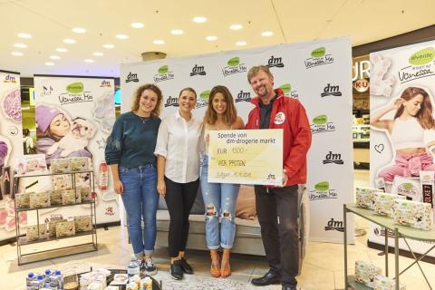dm-drogerie markt spendete 1500 Euro an die Tierschutzorganisation VIER PFOTEN