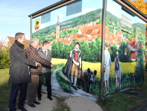 """""""Frankens schönstes Kegelspiel"""" samt Türmer und Touristen ziert jetzt eine Trafostation des Bayernwerks in Ebern."""