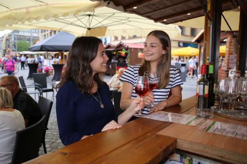 Anstoßen beim Weinfest Leipzig