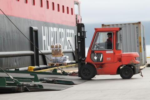 Hurtigruten stenger skipene for alle som har reist utenfor Norden