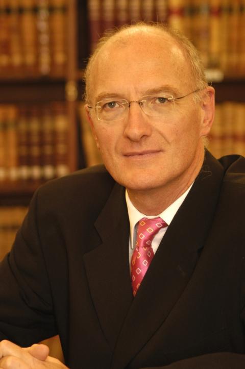 Hivpositiv, gay domare i Sydafrikas högsta domstol till Sverige.