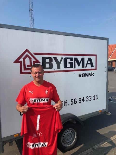 Direktør Martin Klausen udlover gratis T-shirts til de første 600 på messen