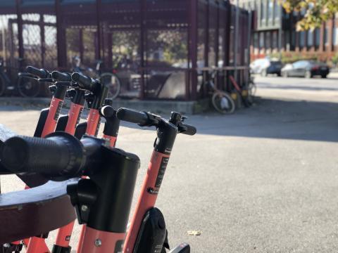Elsparkcykel utanför tunnelbanan