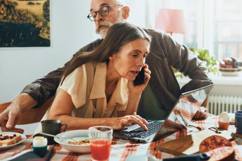 Telia og Hedmark fylkeskommune skal hjelpe eldre innbyggere å bli mer digitale