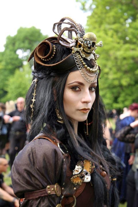 Teilnehmerin des Wave-Gotik-Treffens im Clara-Zetkin-Park