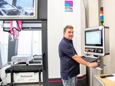 Maskinoperatør Michael Schwartz, Pro-Automatic A/S, kan styre og programmere laserbearbejdningscentret direkte på en maskinens terminal, og mens den arbejder, er det muligt at forberede det næste job. 3D-laseren