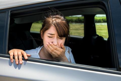 Mädchen mit Übelkeit im Auto