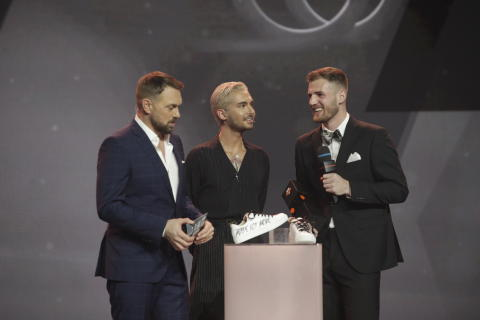 Bill Kaulitz übergibt Sneaker-Designer Melvin Lamberty den Award in der Kategorie CREATOR.