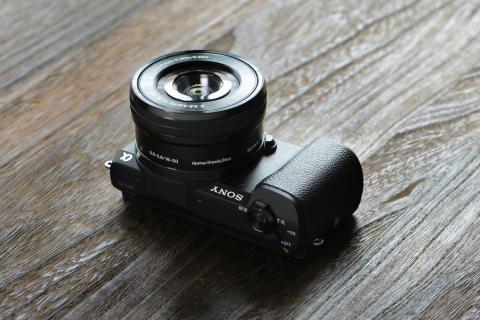 La α5100 de Sony es la cámara  de objetivo intercambiable más pequeña del mundo con enfoque automático superrápido e imágenes de calidad profesional